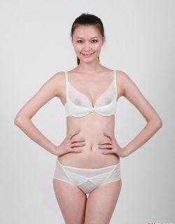大胆露b长相一般的模特王慧穿透明内衣人体写真