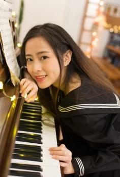 美丽的钢琴老师青春甜美气质养眼