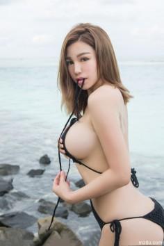 性感妹子刘娅希黑色连体比基尼写真  丰乳翘臀风情万种