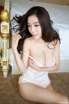 魅妍社陈欣闺房内性感吊带睡衣写真,巨乳美腿身材完美