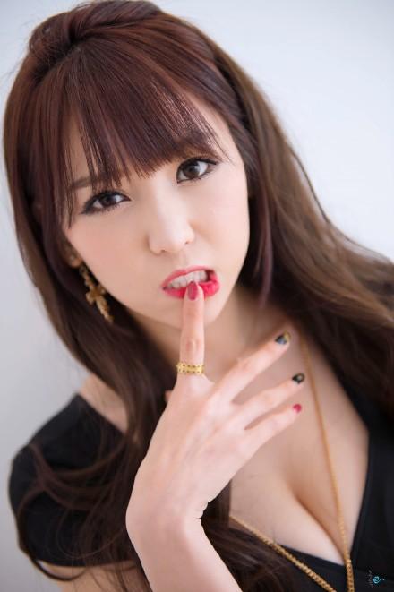 徐若萱人体艺术写真 公交站台的性感十足御姐范