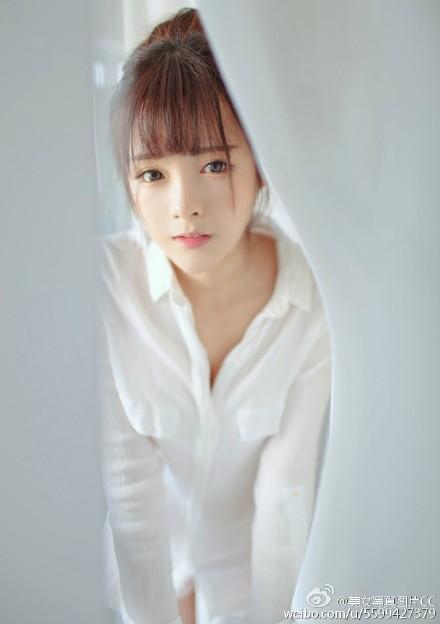 大胆的美女人体图片 浴袍遮体白衣湿透的美女大