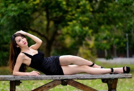 美女人体艺术请文明上网 性感美胸车模深度s型曲